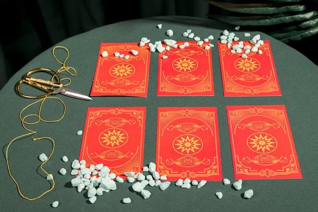Alto ângulo, jogo, de, vermelho, cartas tarot