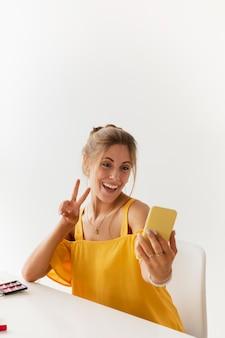 Alto ângulo linda mulher tomando selfie
