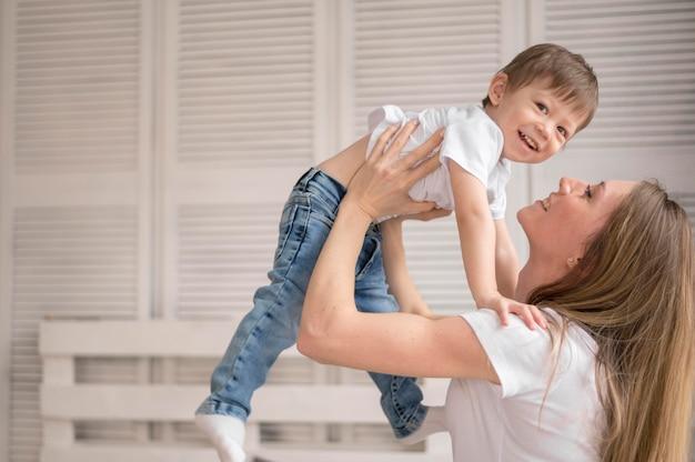 Alto ângulo mãe e filho brincando