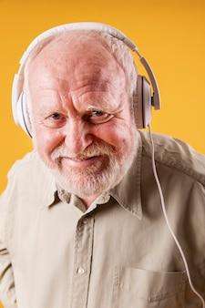 Alto ângulo masculino sênior com fones de ouvido