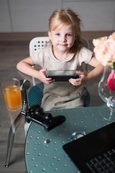 Alto ângulo menina jogando jogos com joystick