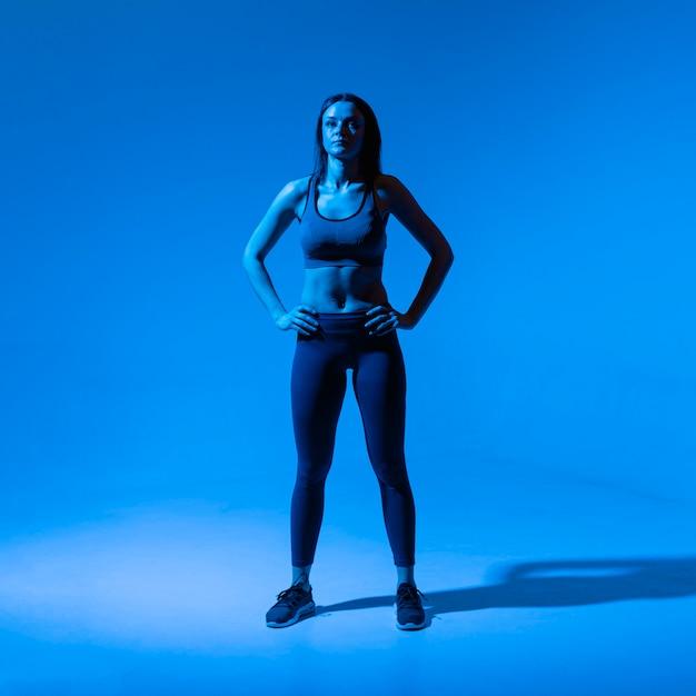 Alto, ângulo, mulher ativa, exercitar