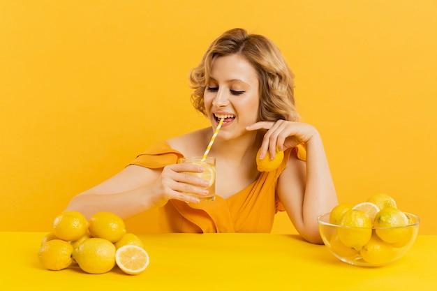 Alto, ângulo, mulher, bebendo limonada
