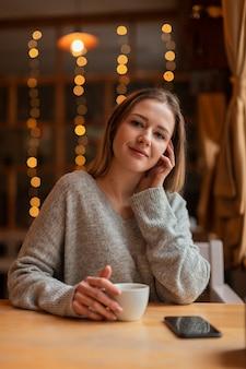 Alto, ângulo, mulher bonita, bebendo café