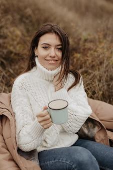 Alto, ângulo, mulher bonita, bebendo chá