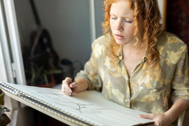 Alto, ângulo, mulher, com, desenho lápis