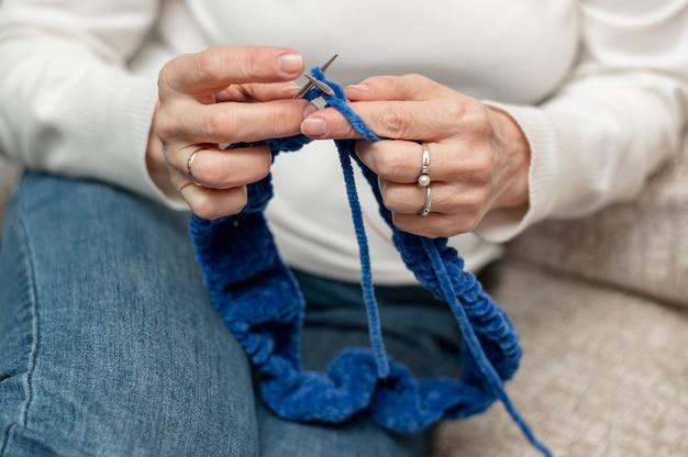 Alto ângulo mulher sênior em casa de tricô