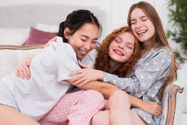 Alto, ângulo, namoradas jovens, abraçando