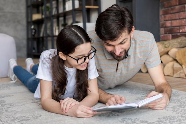 Alto ângulo pai e filha lendo