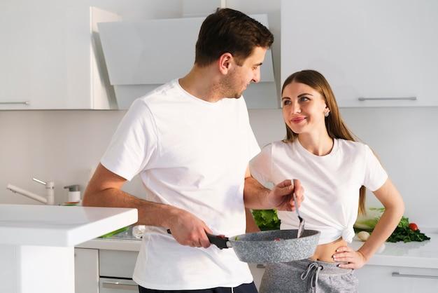Alto, ângulo, par jovem, cozinhar