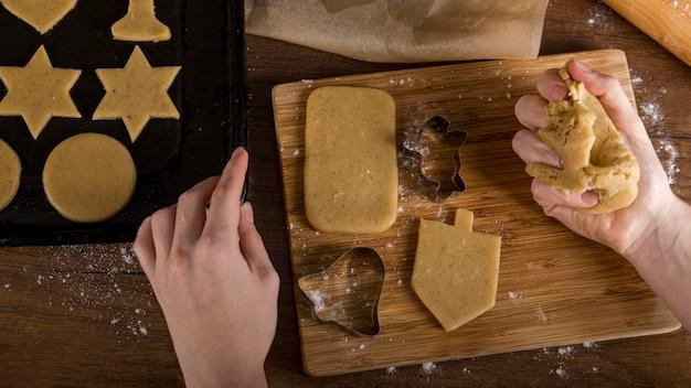 Alto ângulo para fazer biscoitos para hannukah