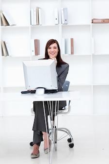 Alto, ângulo, sorrindo, executiva, trabalhando, computador