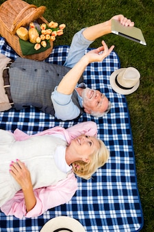 Alto ângulo tiro casal olhando para um tablet