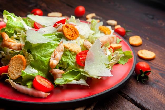 Alto ângulo vista deliciosa salada em um prato fundo de madeira. horizontal