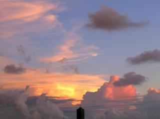 Alto arranha-céu na noite do tempo
