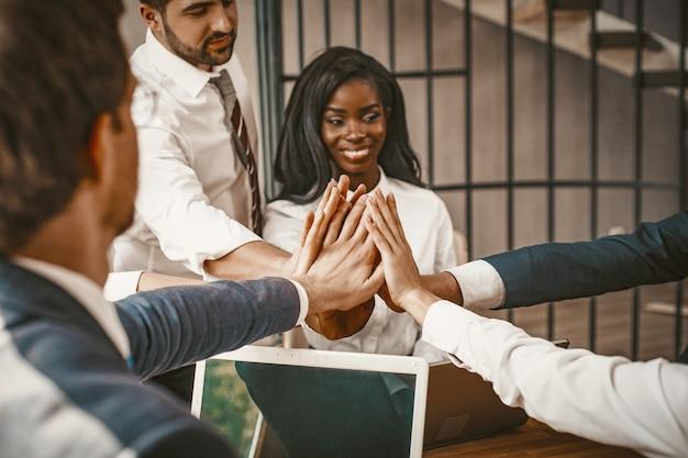 Alto cinco gesto de mãos de pessoas de negócios, plano aproximado