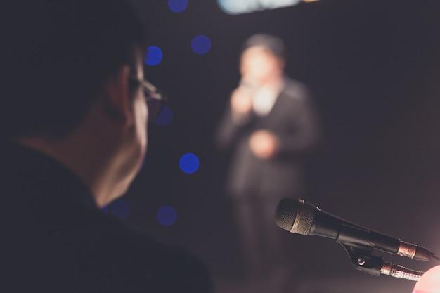 Alto-falante dando uma palestra sobre negócios corporativos sala de conferências ou fundo de sala de seminário.