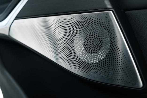 Alto-falante de áudio em um detalhe de porta de carro de luxo