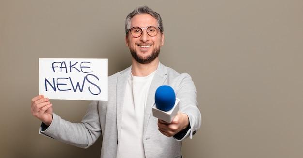 Alto-falante de homem de meia-idade. conceito de notícias falsas