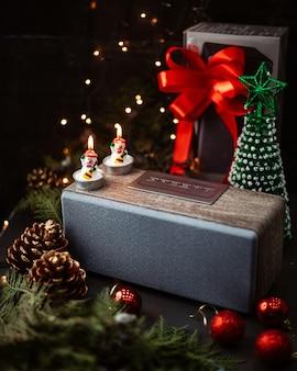 Alto-falante e brinquedos de ano novo em cima da mesa