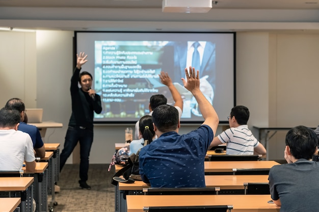 Alto-falante, ligado, a, fase, frente, a, sala, com, vista traseira, de, audiência, em, pôr, mão, cima, acton