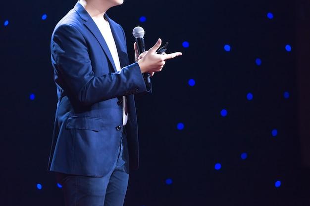 Alto-falante no palco em uma sala de conferências