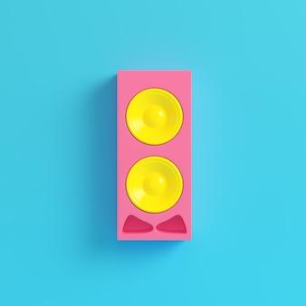 Alto-falante rosa sobre fundo azul brilhante em tons pastel