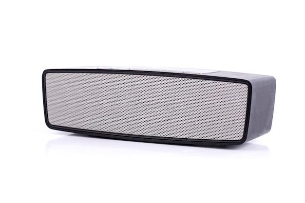 Alto-falante sem fio bluetooth isolado no fundo branco
