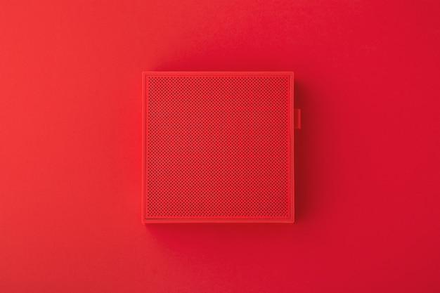 Alto-falante sem fio vermelho em fundo vermelho