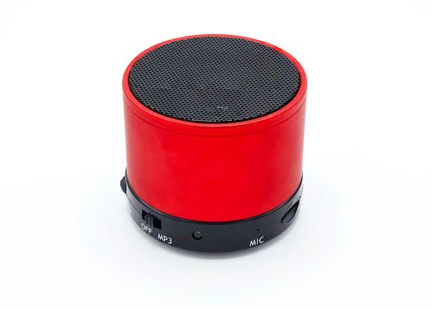Alto-falante vermelho sobre fundo branco isolado