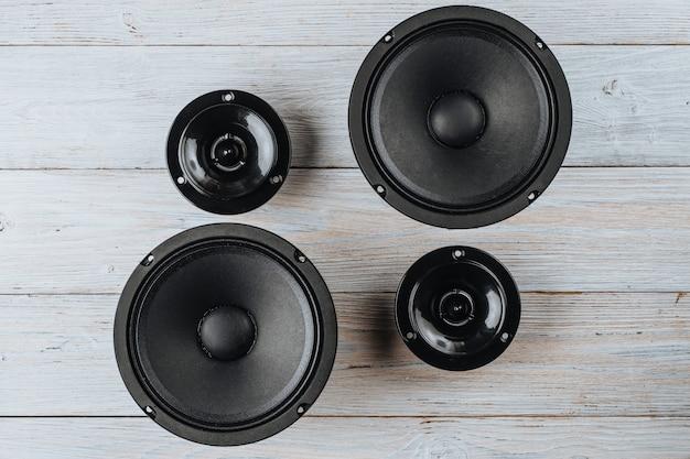 Alto-falantes de áudio automotivo em um fundo branco de madeira