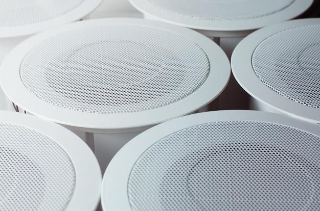 Alto-falantes de círculo redondo branco perto de cada um. sistema de alarme. foto de foco suave bom para empresa de engenharia de serviços de segurança
