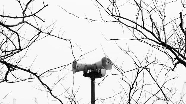 Alto-falantes de metal no parque