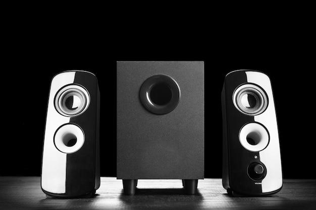 Alto-falantes modernos de som preto