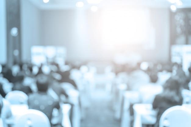 Alto-falantes no palco com vista traseira do público na sala de conferências