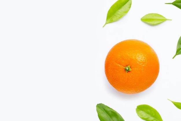 Alto teor de vitamina c, fruta laranja fresca com folhas verdes.
