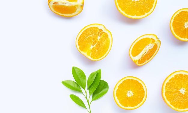 Alto teor de vitamina c, suculento e doce. fruta fresca de laranja em branco.