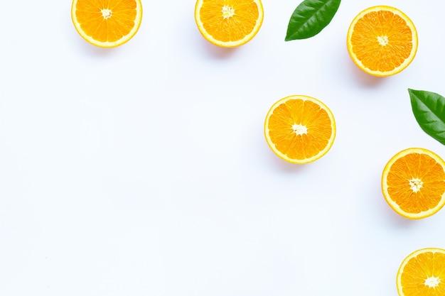 Alto teor de vitamina c, suculento e doce. fruta fresca de laranja em fundo branco.