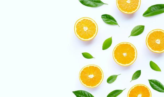 Alto teor de vitamina c, suculento e doce. fruta fresca de laranja na superfície branca.