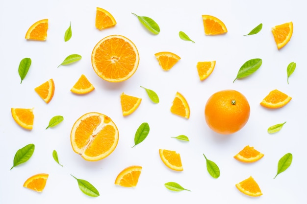 Alto teor de vitamina c, suculento e doce. fruta laranja fresca com folhas verdes em branco.