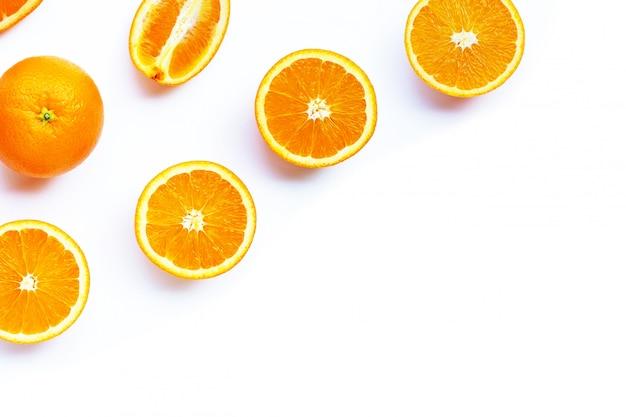 Alto teor de vitamina c, suculento e doce. fruta laranja fresca em branco.