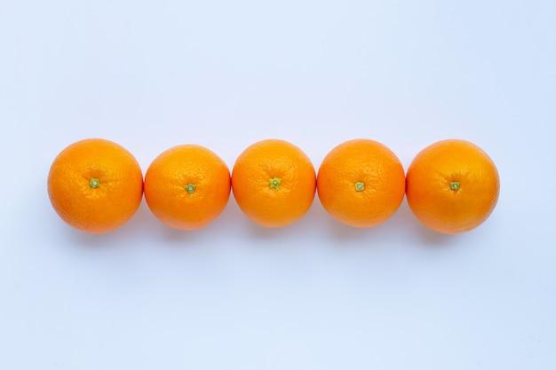 Alto teor de vitamina c, suculento e doce. fruta laranja fresca no fundo branco.