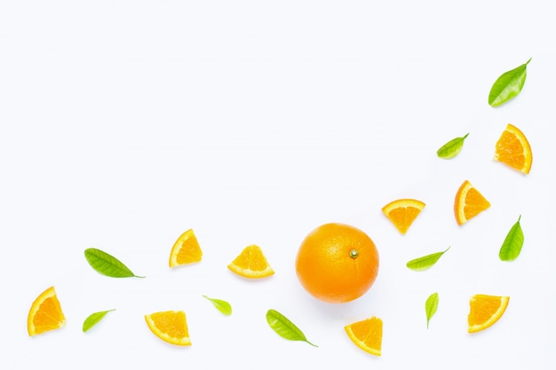 Alto teor de vitamina c, suculento e doce. frutas frescas de laranja com folhas verdes sobre fundo branco