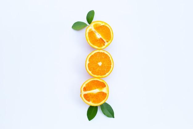 Alto teor de vitamina c, suculento e doce. frutas frescas de laranja com folhas verdes.
