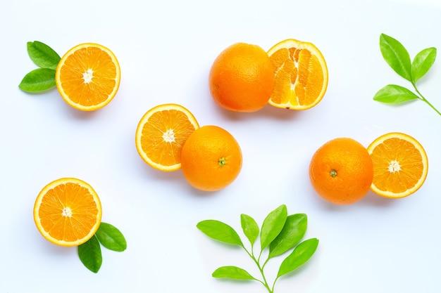 Alto teor de vitamina c, suculento e doce. frutas frescas de laranja.