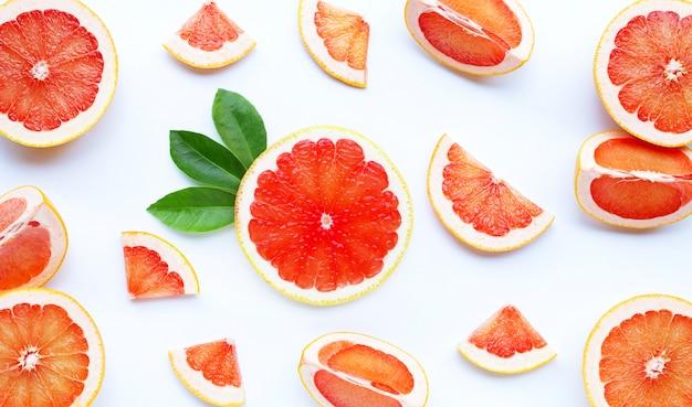 Alto teor de vitamina c. toranja suculenta em branco.