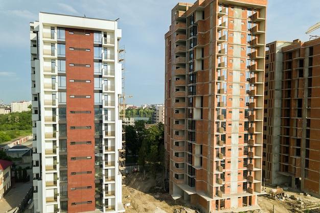 Altos edifícios de apartamentos residenciais em construção. desenvolvimento imobiliário.