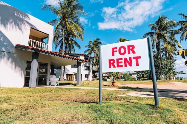 Aluga-se casa. placa branca com a inscrição. anúncio de aluguel de quartos em resort da costa caribenha.