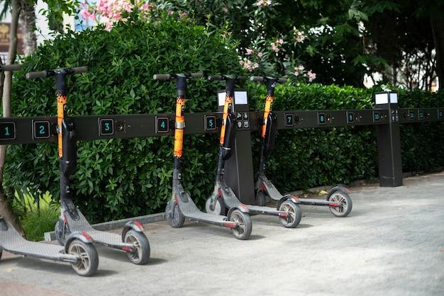 Aluguel de scooter na rua da cidade, meio de transporte alternativo