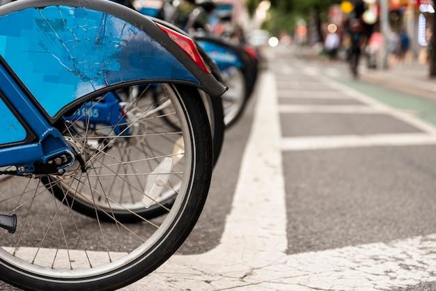 Aluguer de bicicletas na cidade com fundo desfocado